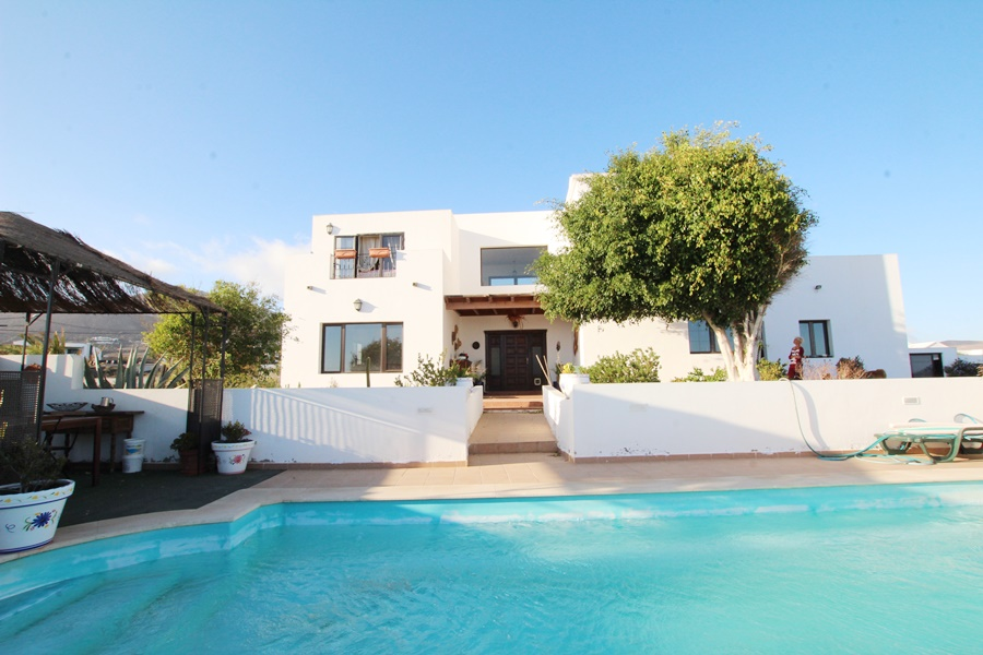 4 bedroom villa with 2 separate self contained apartments located in La Asomada