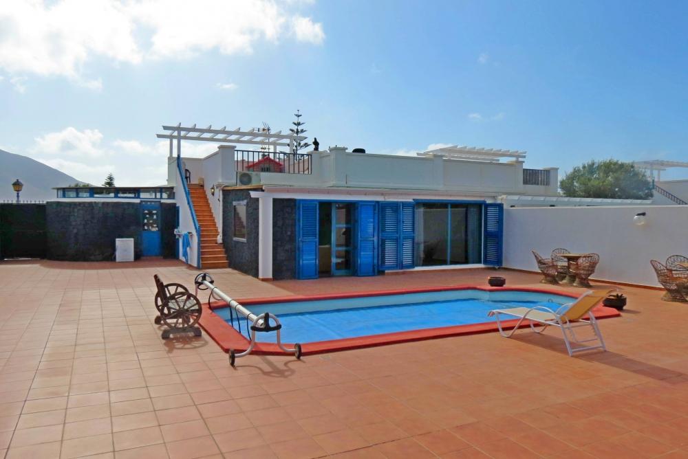 Wonderful 3 bedroom 2 bathroom semi detached villa in Playa Blanca
