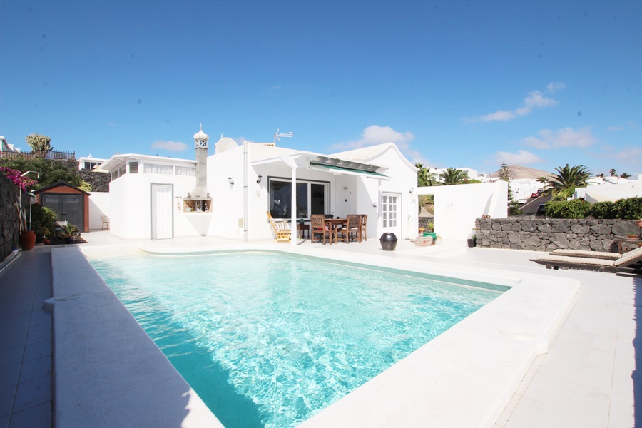 3 Bedroom 2 bathroom villa for sale with private heated pool in Tias