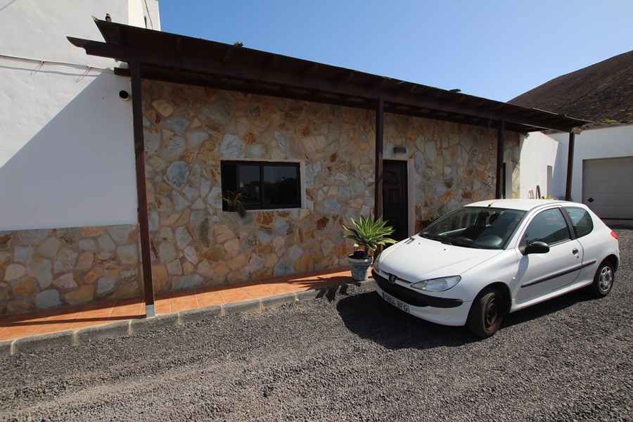 Detached 2 bedroom house with private pool for sale in Guatiza