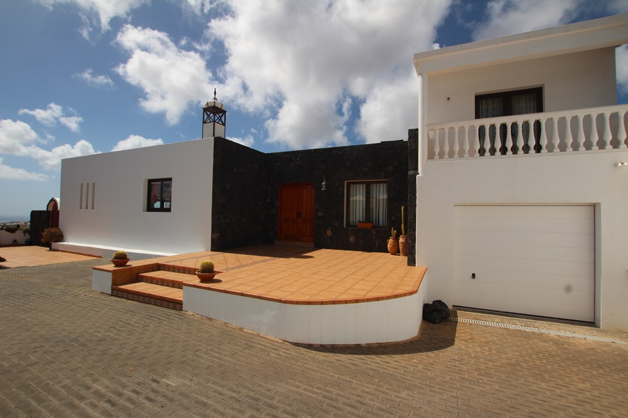 Stunning detached 4 bedroom villa with self-contained apartment in Tias