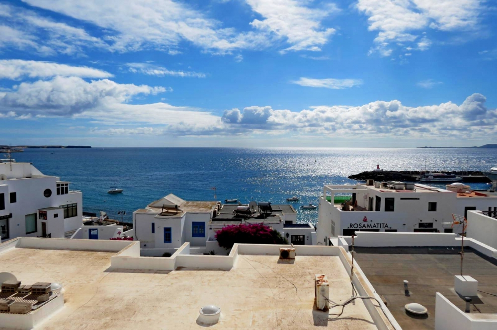 Perfectly located 2 bedroom apartment for sale in Playa Blanca
