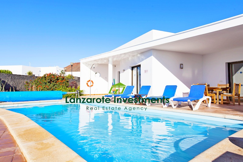 Spacious detached villa with private pool for sale in Playa Blanca