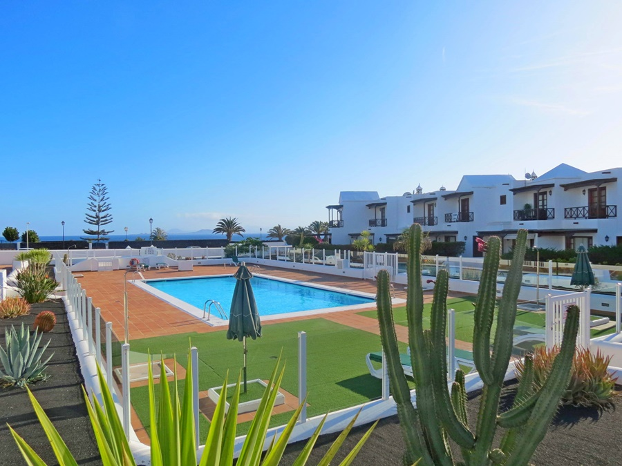 Excellent located 3 bedroom duplex with communal swimming pool and sea views in Playa Blanca