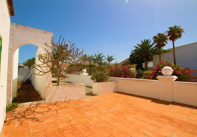 Detached villa with spacious garden for sale in the lovely village of Yaiza