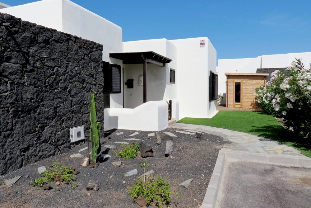 Exclusive! 2 Bedroom 2 bathroom detached villa with communal pool in Playa Blanca