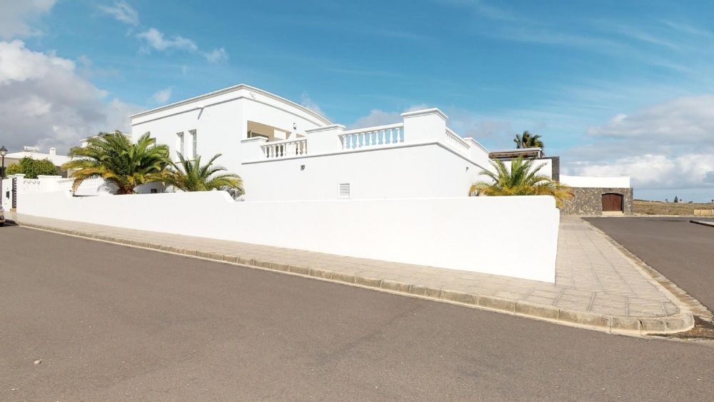 Immaculate luxury 4 bedroom villa with separate independent 3 bedroom apartment
